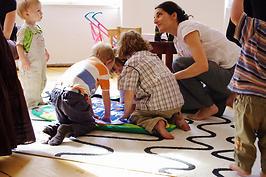 Eltern und Kinder spielen gemeinsam